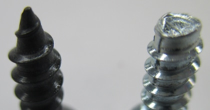 左)がAタッピンねじ先端が尖っています。右)はBタイト、ねじ径がおむすび型で、応力が3点に集まり、ねじ込みやすく、緩みにくい。